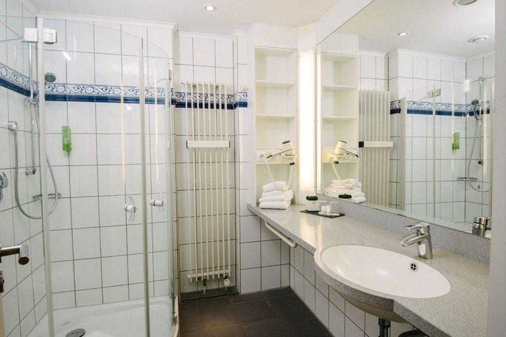 Im Badezimmer gibt es eine große Dusche und ebenfalls einen Föhn