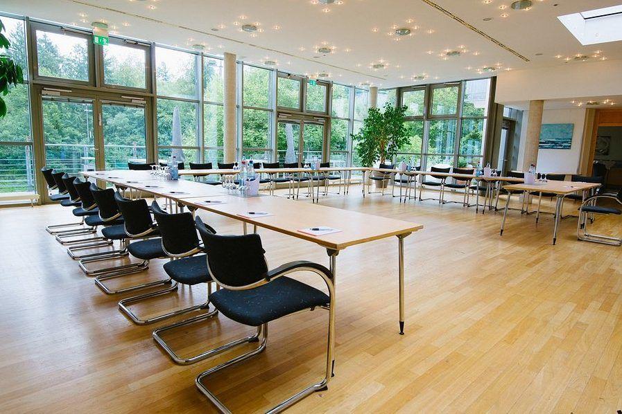 Der große Seminarraum mit ganz viel Platz kann für Besprechungen oder Teamabende genutzt werden