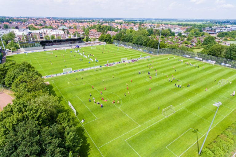 Es liegen zwei top gepflegte Rasenplätze im Trainingslager am Deister direkt nebeneinander
