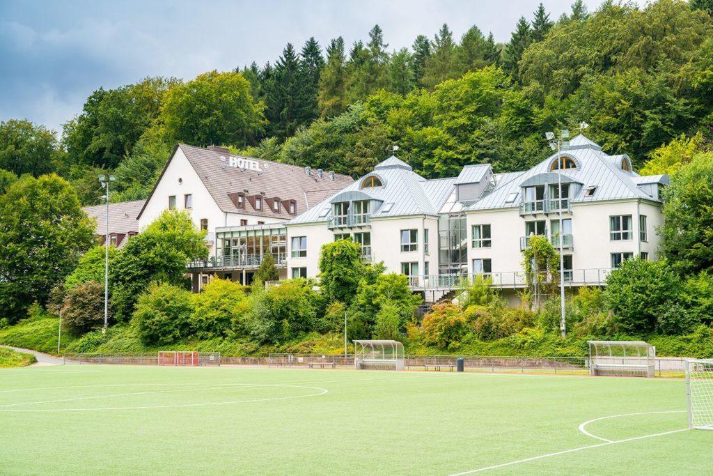 Die Atmosphäre mit mit dem Sportplatz, der Unterkunft und dem angrenzenden Waldgebiet ist einzigartig im Trainingslager am Deister