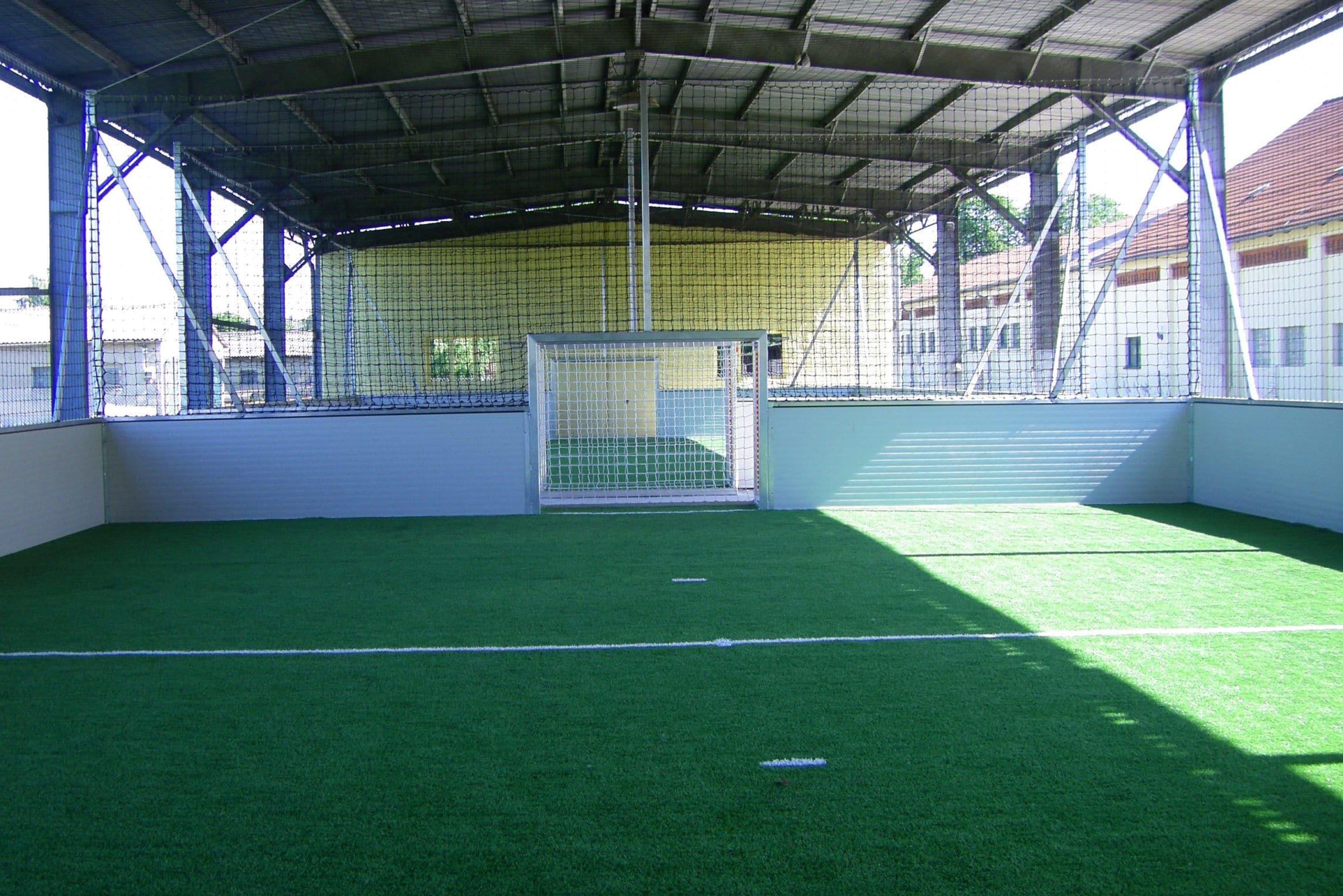 Indoor-Soccerhalle auf Kunstrasen beim Trainingslager am See