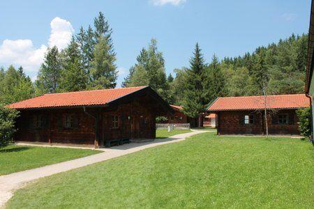Huetten des Trainingslager an den Alpen in schöner Natur
