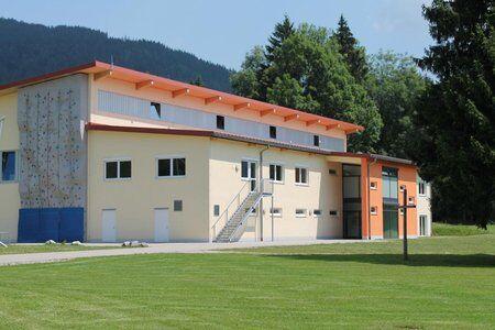 Kletterwand an der Sporthalle mit Kletterwand des Trainingslager an den Alpen
