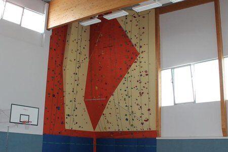 Indoor Kletterwand des Trainingslager an den Alpen