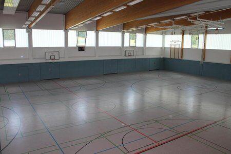 Große Sporthalle des Trainingslagers an den Alpen