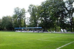 Schöner Rasenplatz Fussball Trainingslager an der Aller
