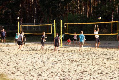 Mehrere Beachvolleyballfelder nebeneinander für ein abwechslungsreiches Rahmenprogramm beim Trainingslager an den drei Seen