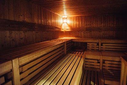 Moderne und große Sauna mit reichlich Platz