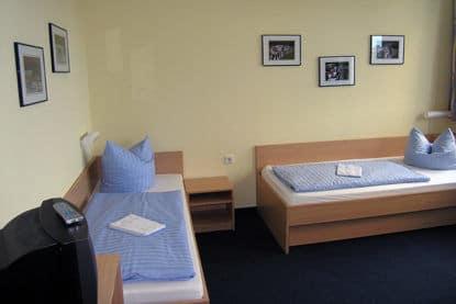 Die Doppelzimmer sind mit zwei Einzelbetten ausgestattet beim Trainingslager an den drei Seen