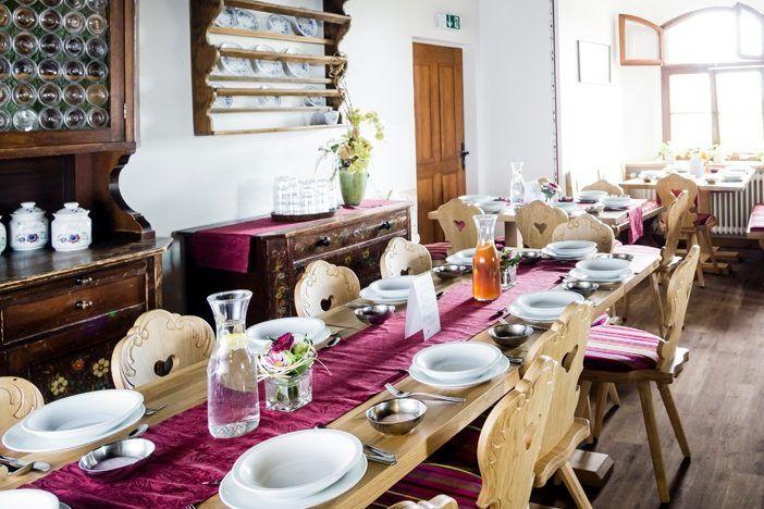 Speisesaal in historischem Ambiente im Trainingslager auf der Burg
