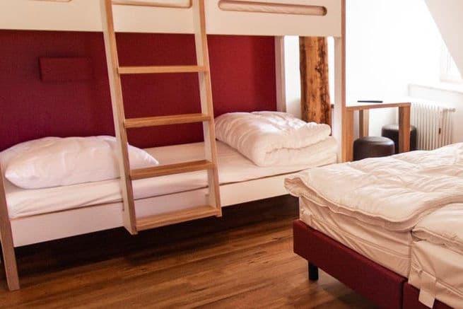 Modernisiertes Mehrbettzimmer beim Trainingslager auf der Burg