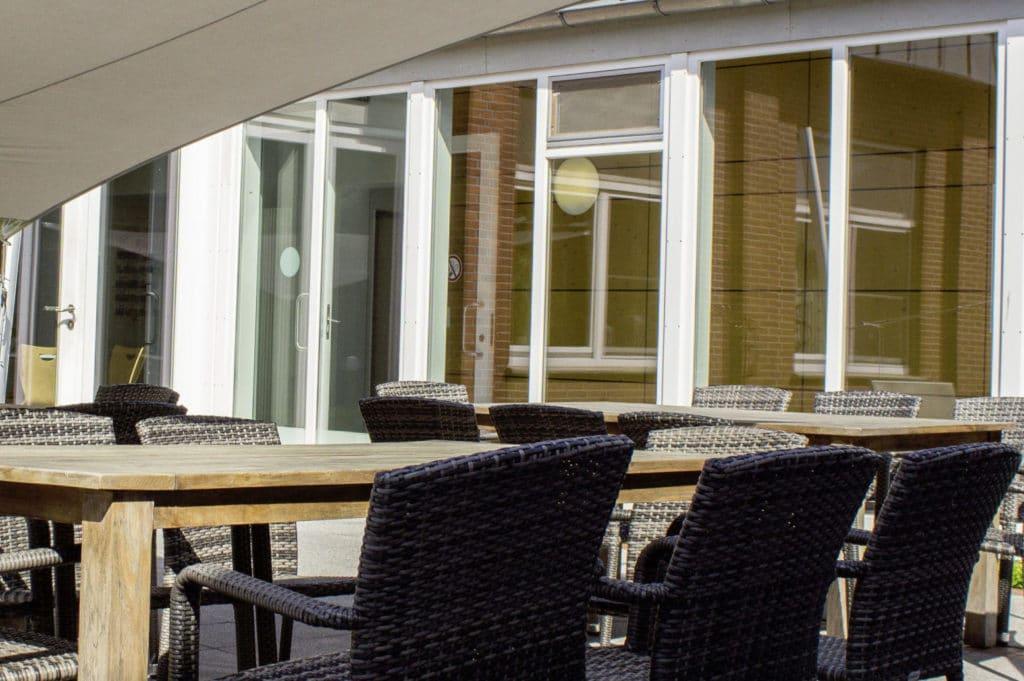 Großer Außenbereich mit Terasse in der Sportschule Cloppenburg