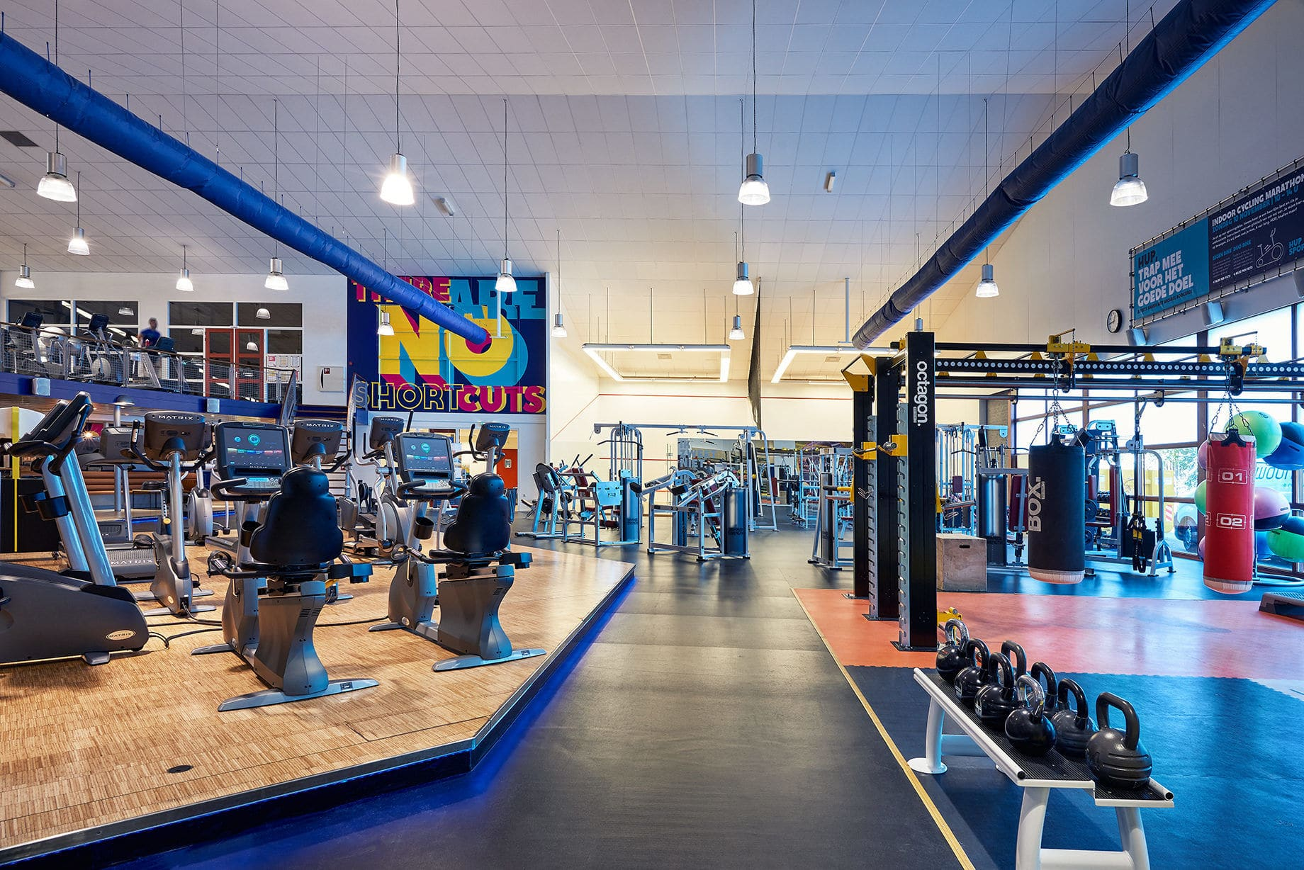 Großer Fitnessbereich mit diversen Geräte zum Krafttraining im Trainingslager Geldrop