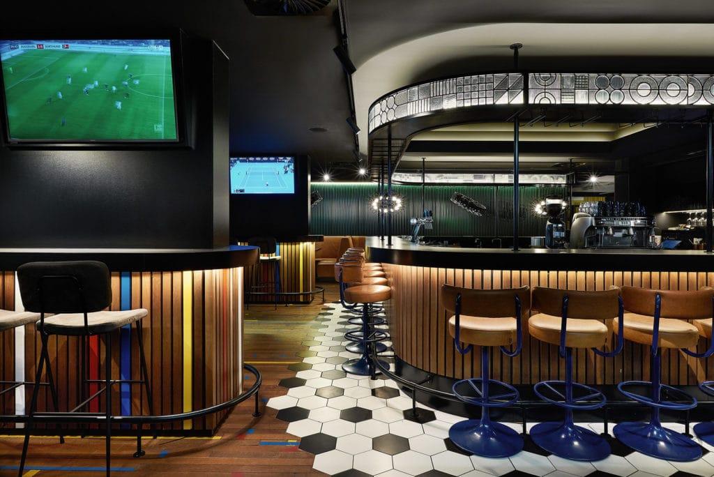 Separater Bar-Bereich mit mehreren TV's inkl. Live-Übertragungen