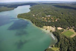 Wunderschöne Luftaufnahme des Trainingslagers Haus am See