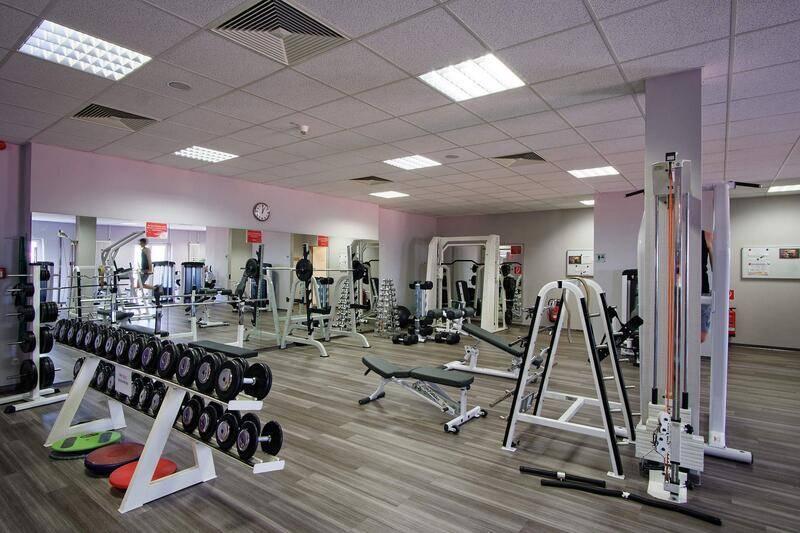 Großer Fitnessbereich mit reichlich Trainingsmöglichkeiten beim Trainingslager in der Südheide