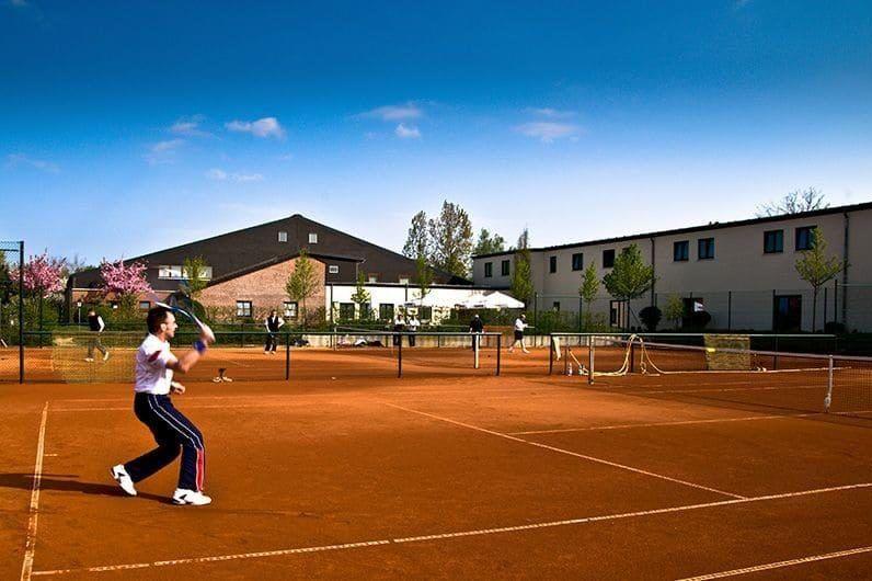 Es gibt mehrere Tennisplätze in der Umgebung, um die Freizeit ebenfalls sportlich zu gestalten