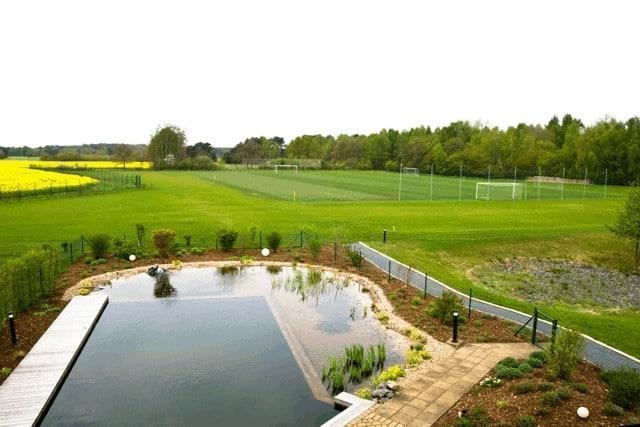 Die Umgebung beim Sportplatz ist sehr idyllisch mit dem angrenzenden Wald und einem Teich