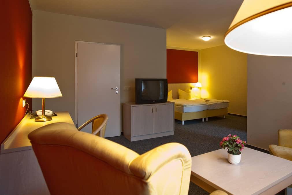 Komfortable Zimmerausstattung mit separatem Sitzbereich