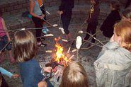 Es gibt eine Feuerstelle, um Stockbrot zu machen und den Abend ausklingen zu lassen beim Trainerlager an der Mecklenburgischen Seenplatte