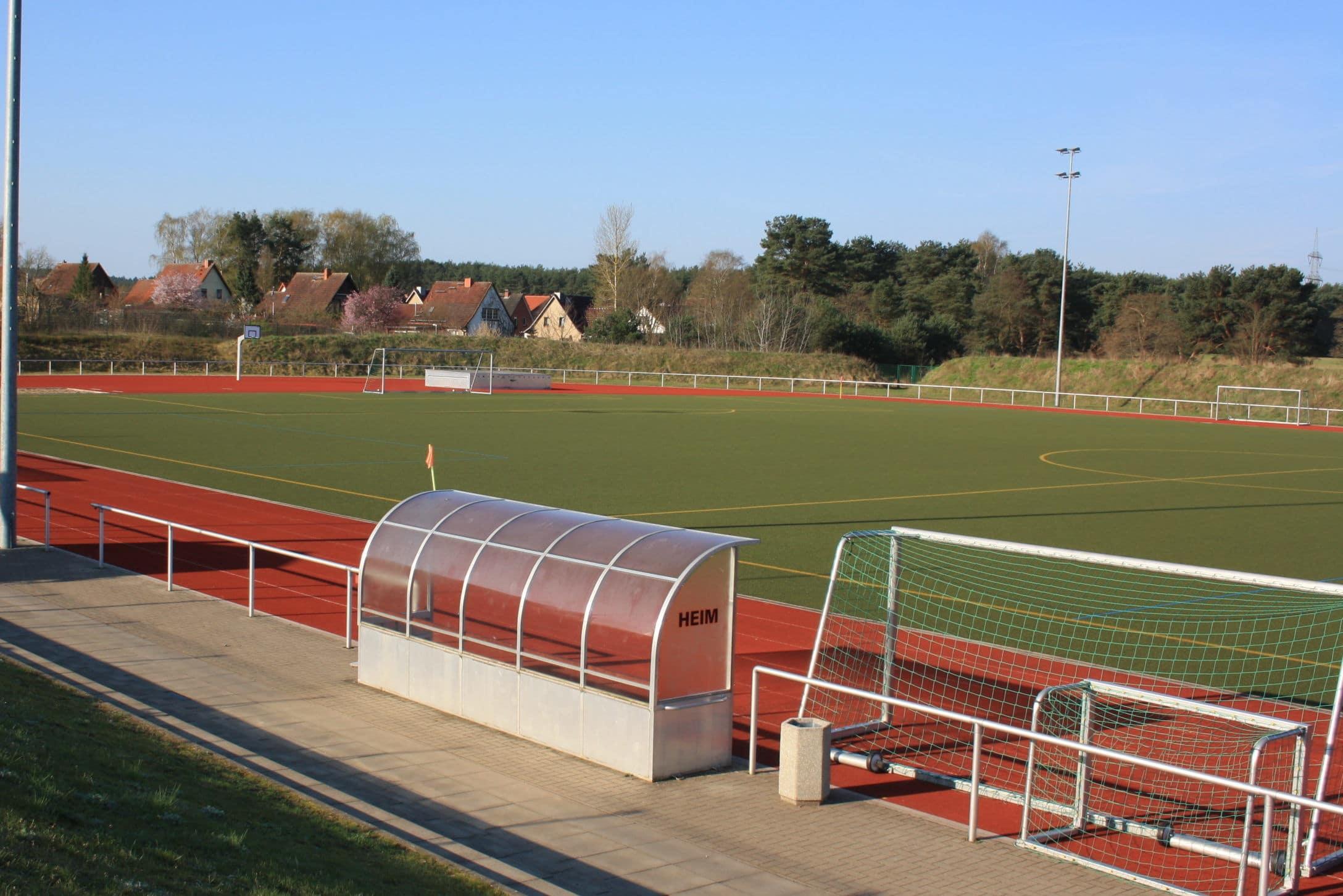 Großes Stadion mit Tartanbahn und idyllischer Umgebung