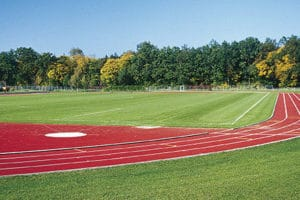 Toller Rasenplatz des Trainingslager Oberbayern mit Tartanbahn
