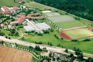 Luftbild des Trainingslager Oberbayern mit vielen Rasen und Kunstrasenplätzen