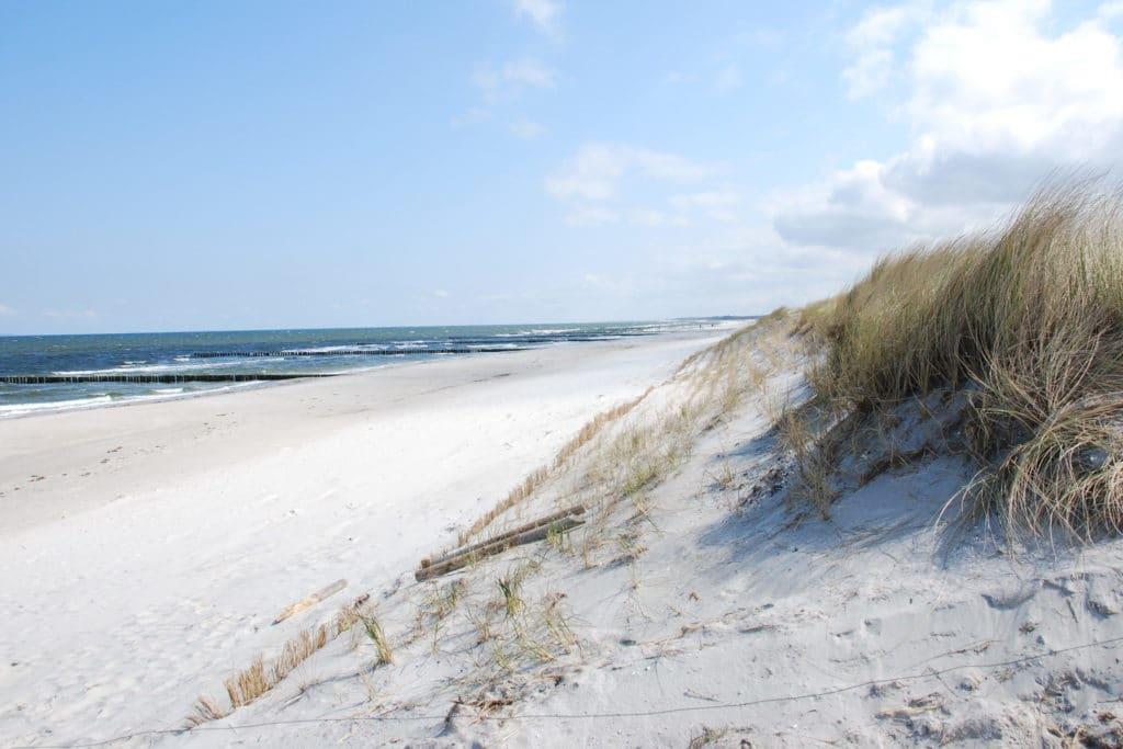 Die wunderschönen Dünen und feiner Strandstrand mit Blick auf das Meer