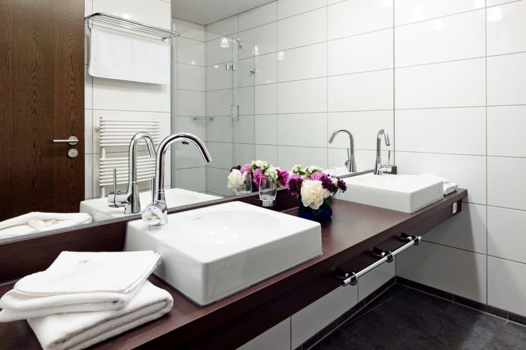 Hochwertige Badezimmer mit separaten Waschbecken und luxuriöser Dusche