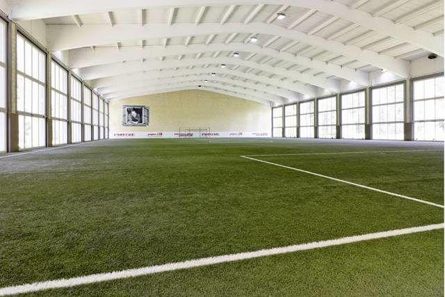 Zusätzliche Indoor-Halle mit Kunstrasen bei schlechtem Wetter