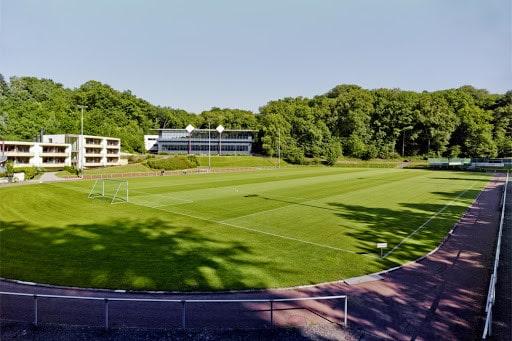 Der Rasenplatz liegt direkt neben der Unterkunft beim Trainingslager Rhein-Sieg
