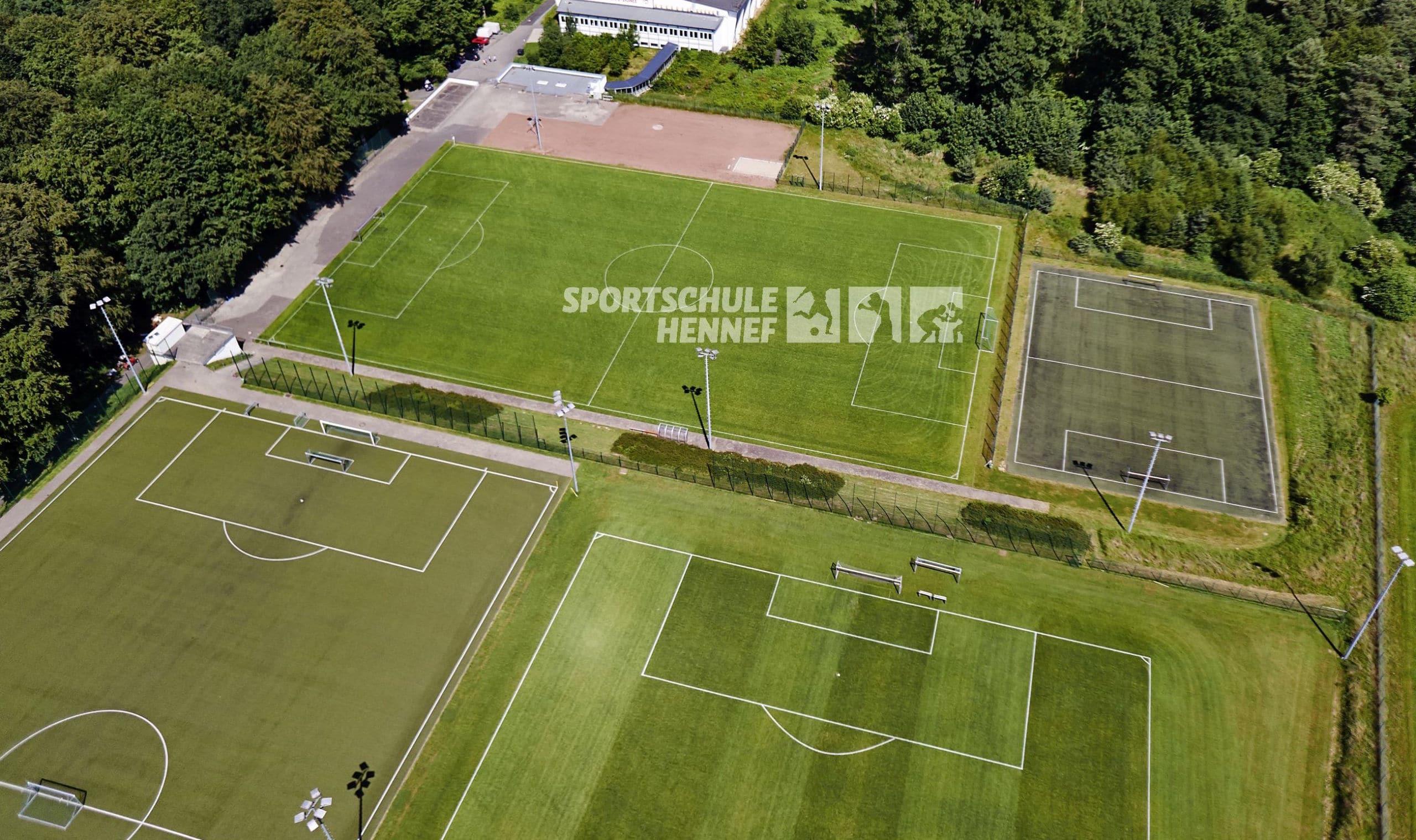 Riesige Sportanlage mit mehreren Plätzen beim Trainingslager Hennef