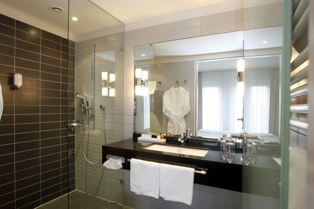 luxuriöse Ausstattungen in modernen Zimmern