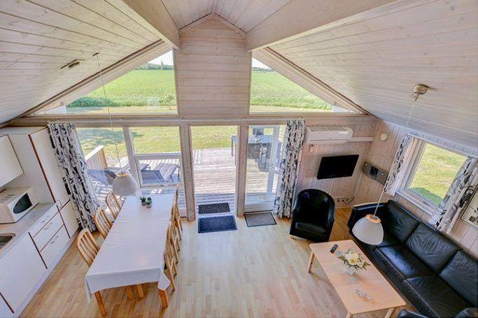 Die Ferienhäuser sind modern eingerichtet, bieten viel Platz zum Kochen und einen großen Garten