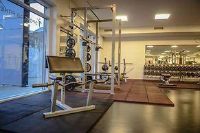 Es gibt einen Fitnessbereich mit mehreren Kraftübungen