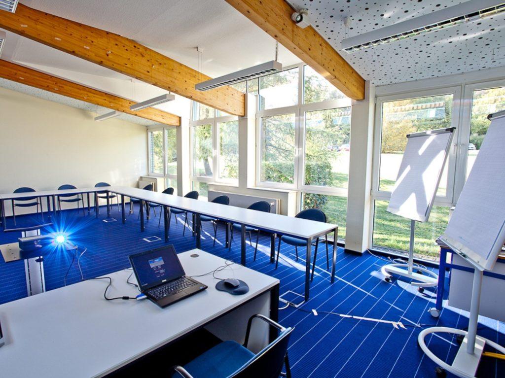 Konferenzraum mit modernem Equipment im Sporthotel Harz für Trainingslager