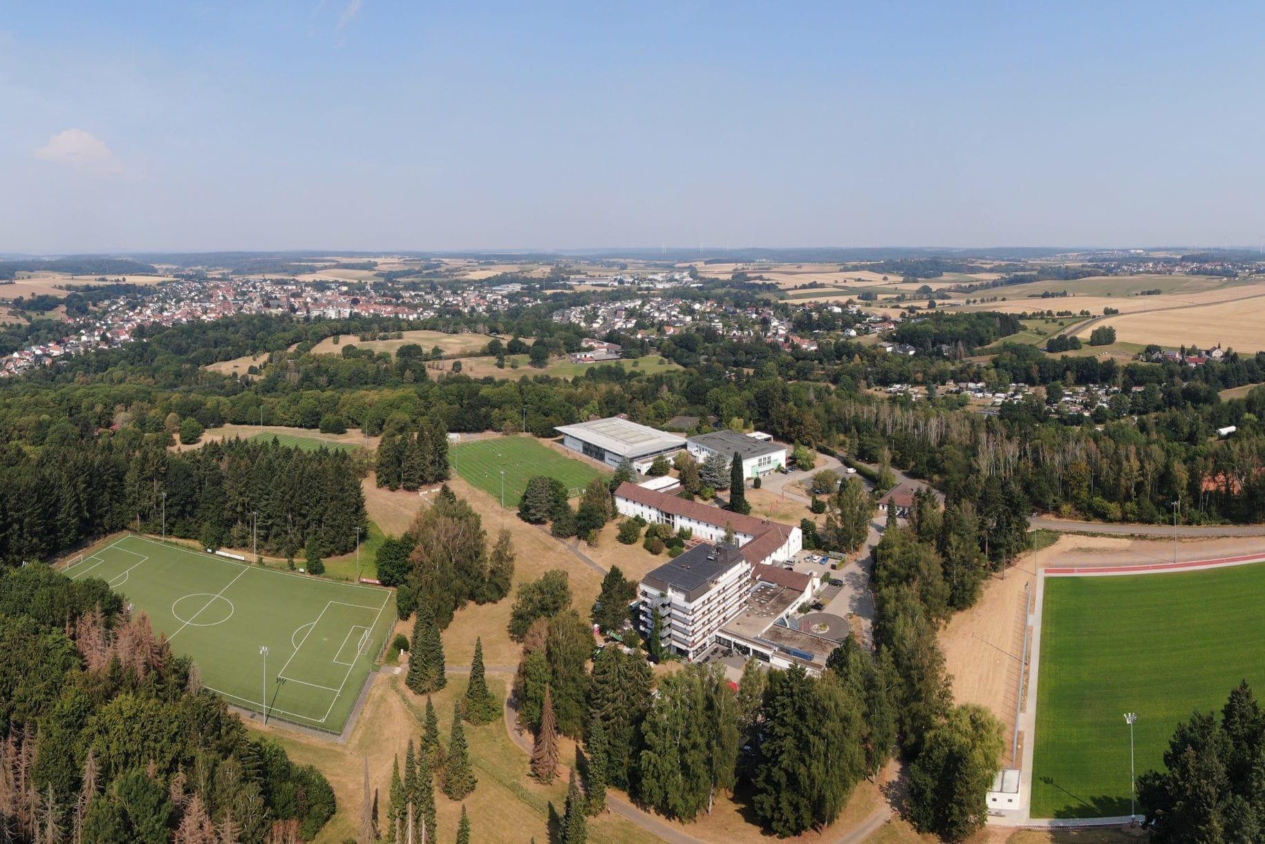 Luftaufnahme Sporthotel Mittelhessen samt Rasen- und Ksuntrasenplätzen