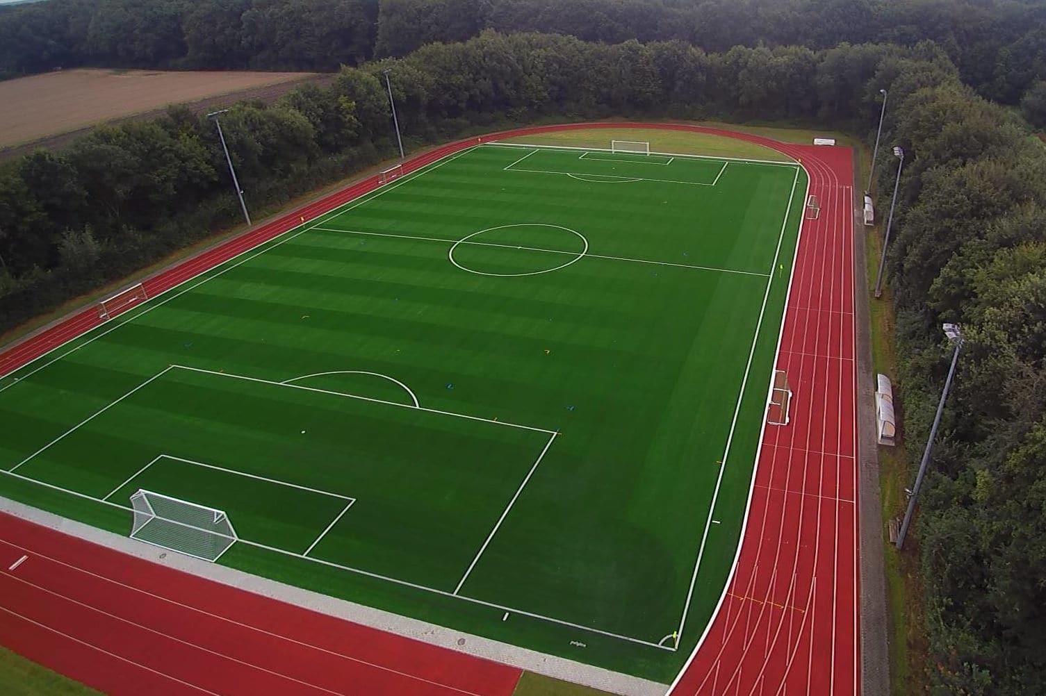 Schöner Kunstrasenplatz der Sportschule Emsland für Fussball Trainingslager