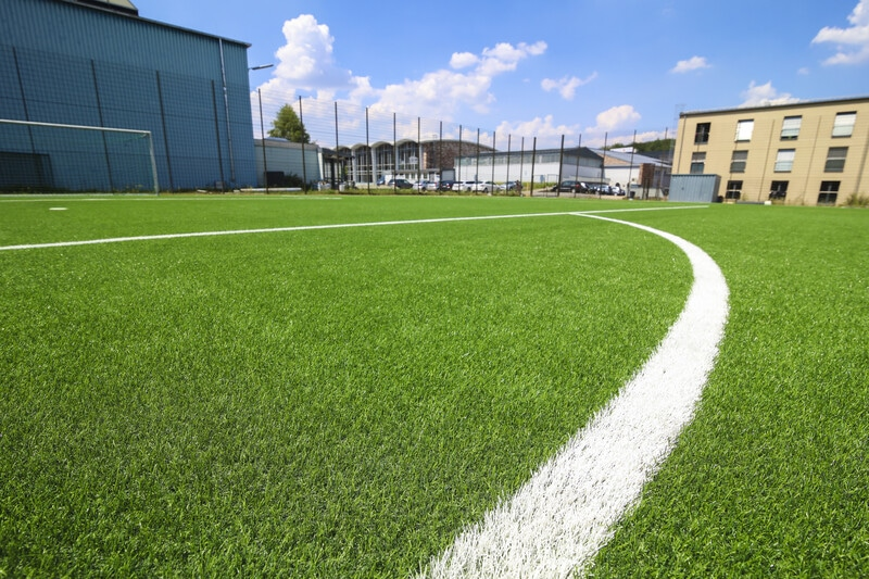 Moderner Kunstrasenplatz der Sportschule Saarland Fussball Trainingslager