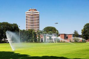 Wassersprenger auf dem Rasenplatz der Sportschule Wedau