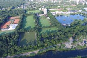 Luftbild der Sportschule Wedau mit vielen Rasen- und Kunstrasenplätzen