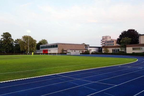Fussballplatz mit Tartanbahn im Fussball Trainingslager Ruhrgebiet