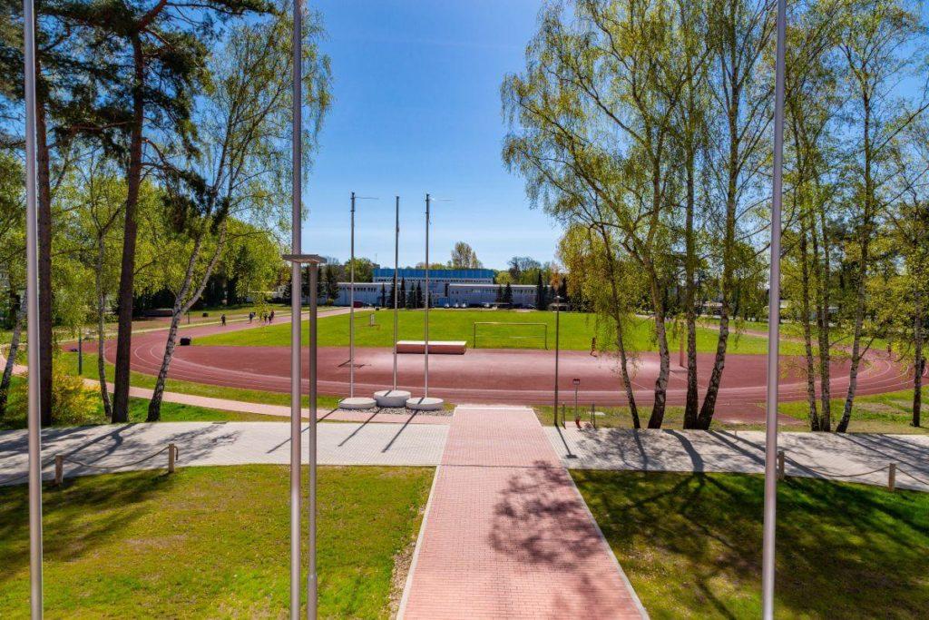Der Rasenplatz ist von einer Tartanbahn umgeben und befindet sich direkt neben der Unterkunft