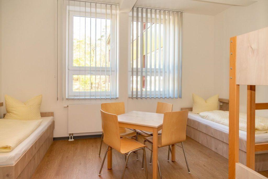 Die Mehrbettzimmer bestehen aus mehreren Betten und reichlich Platz in der Mitte des Raumes