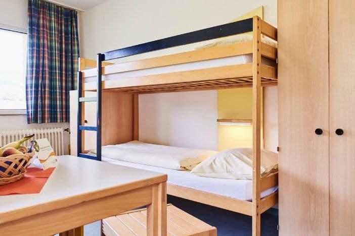 Komfortable Zimmerausstattung mit großen Betten