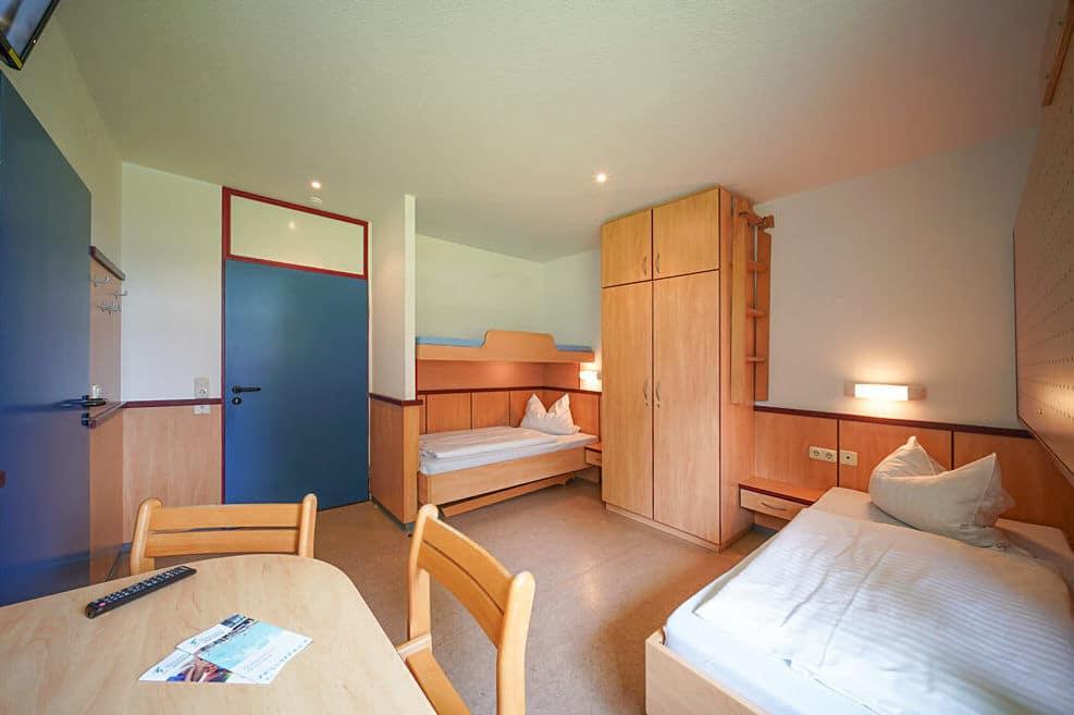 Die Doppelzimmer bestehen aus zwei Einzelbetten inkl. Schreibtisch