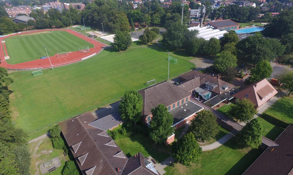 Es gibt mehrere Rasenplätze und auch ein Schwimmbad direkt neben der Unterkunft beim Trainingslager Ammerland