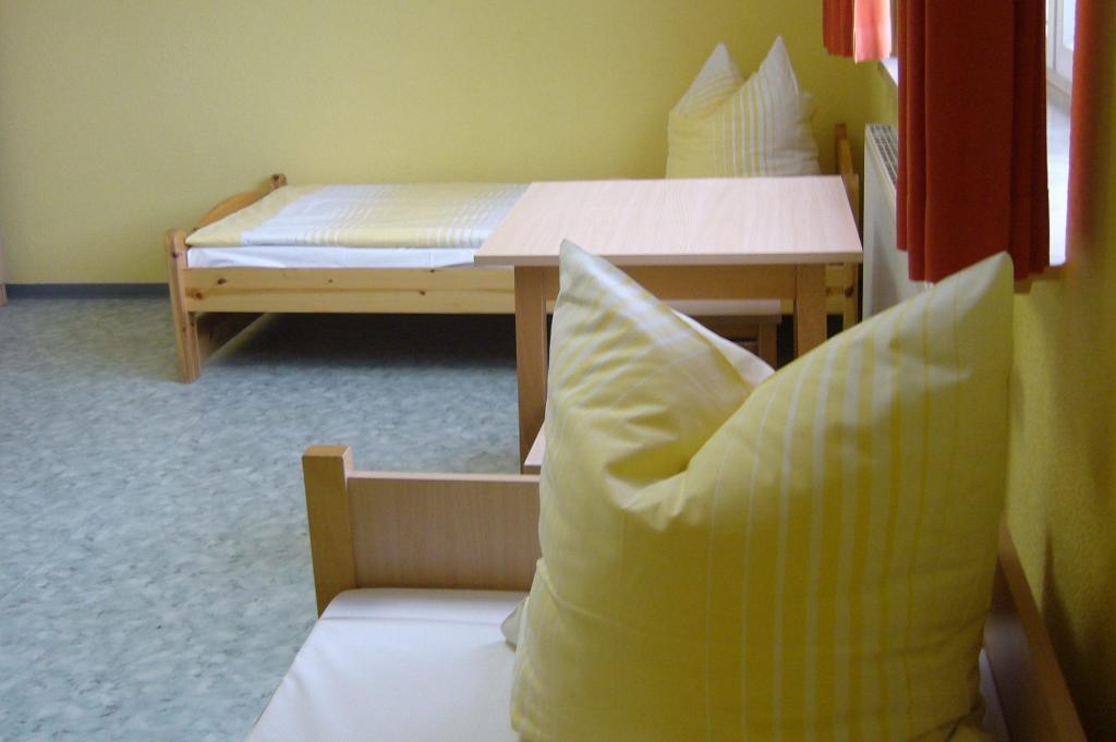 Breite Einzelbetten im mit reichlich Platz im Zimmer