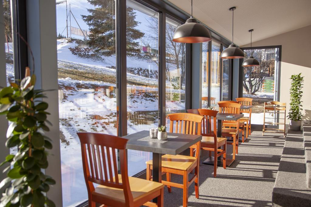 Fensterfront im Restaurant des Fussball Trainingslager Erlaufsee