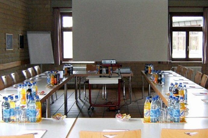 Seminarraum für Taktikbesprechungen im Trainingslager Rheinufer